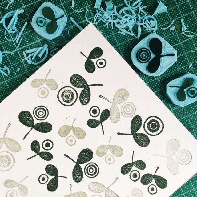 Gravure et impression de tampons représentant des fleurs stylisées