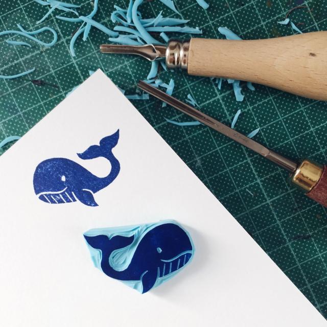 Gravure sur gomme et impression d'une petite baleine