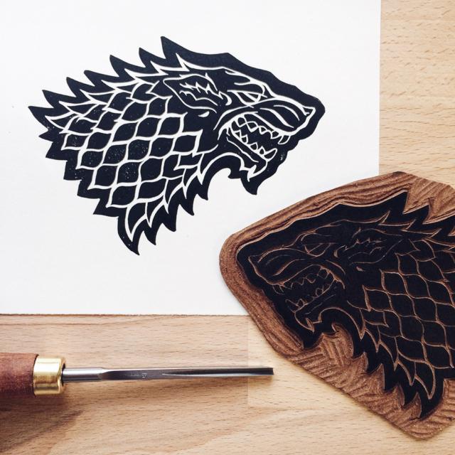 """Gravure sur lino et impression de l'emblême de la famille Stark dans """"Game of Thrones"""""""