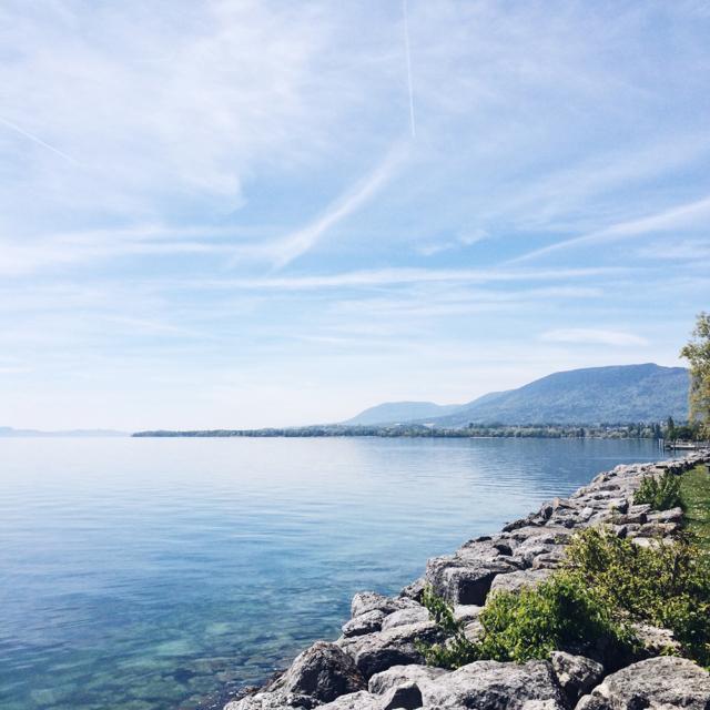 Vue sur le lac de Neuchâtel et la montagne de Boudry