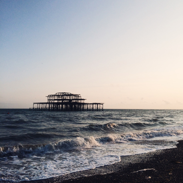 Coucher de soleil sur la plage de Brighton en Angleterre