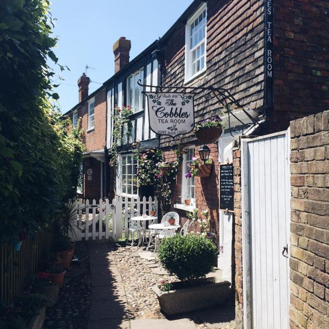 Café dans une ruelle du village de Rye, dans le sud de l'Angleterre