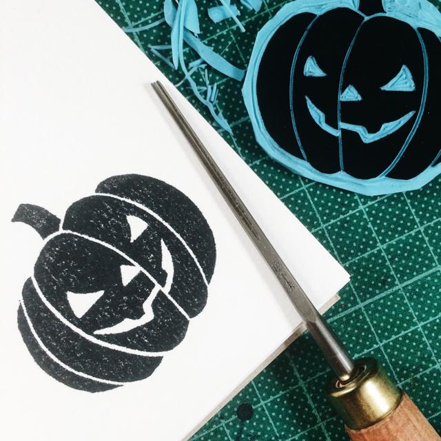 Gravure sur gomme et impression d'une lanterne citrouille de Halloween