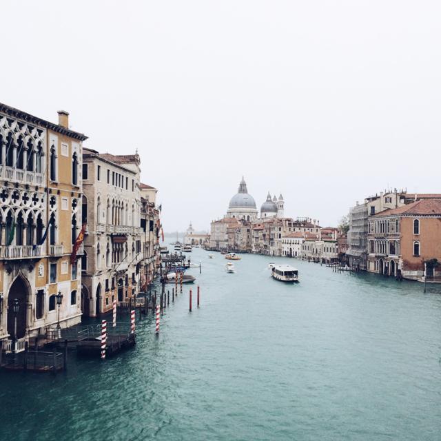 Vue brumeuse sur le grand canal de Venise depuis le Pont de l'Académie