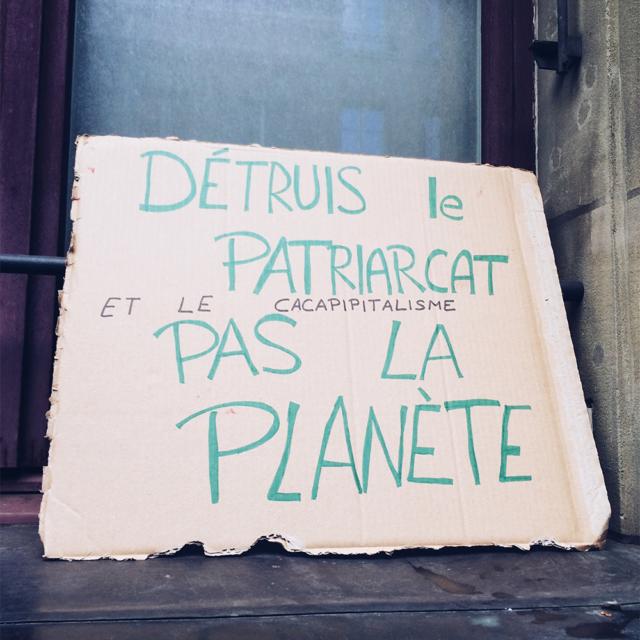 """Pancarte de manifestation: """"Détruis le patriarcat, pas la planète"""""""
