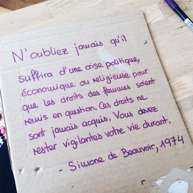 Pancarte pour la grève féministe portant une citation de Simone de Beauvoir