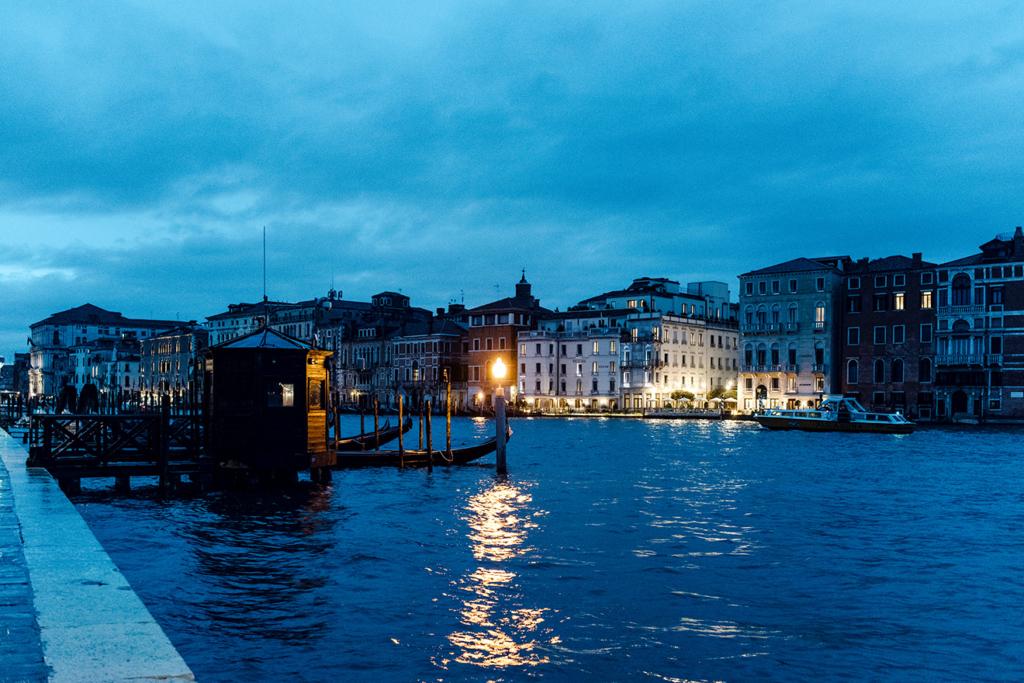 Balade le long du Grand Canal de Venise à la tombée de la nuit