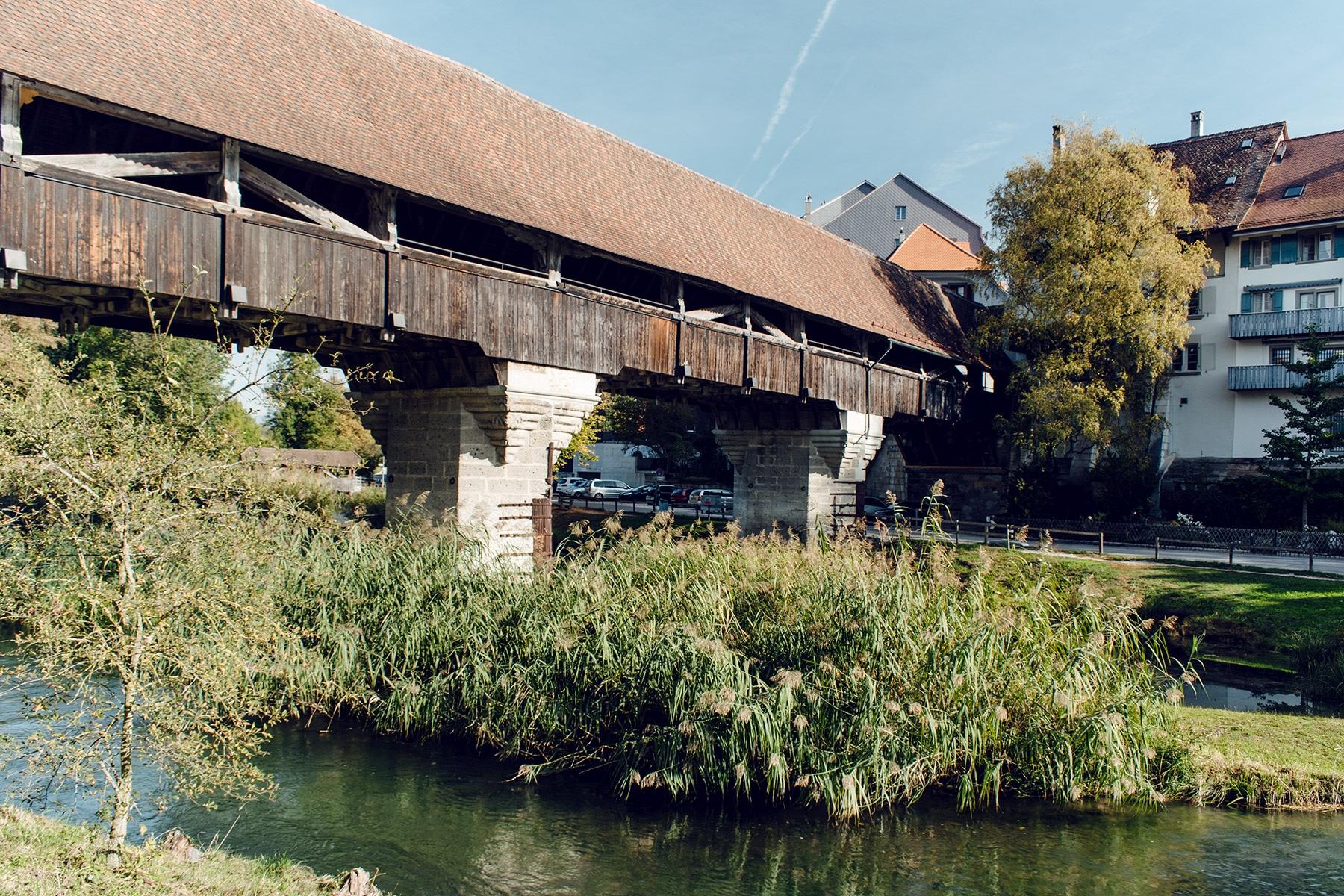 Pont en bois couvert qui permet l'accès au vieux bourg d'Aarberg