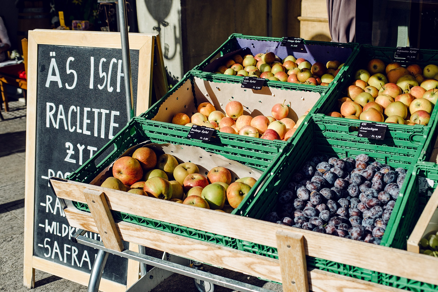 Étal de fruits d'automne devant un commerce à Aarberg