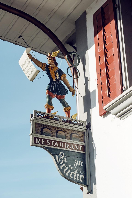 Enseigne du restaurant Zur Brücke dans la vieille ville d'Aarberg