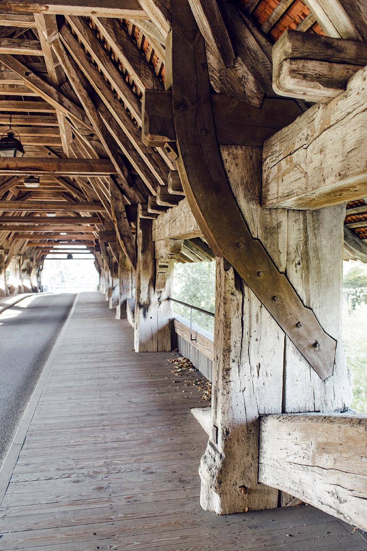Intérieur en bois du pont couvert qui permet l'accès au vieux bourg d'Aarberg