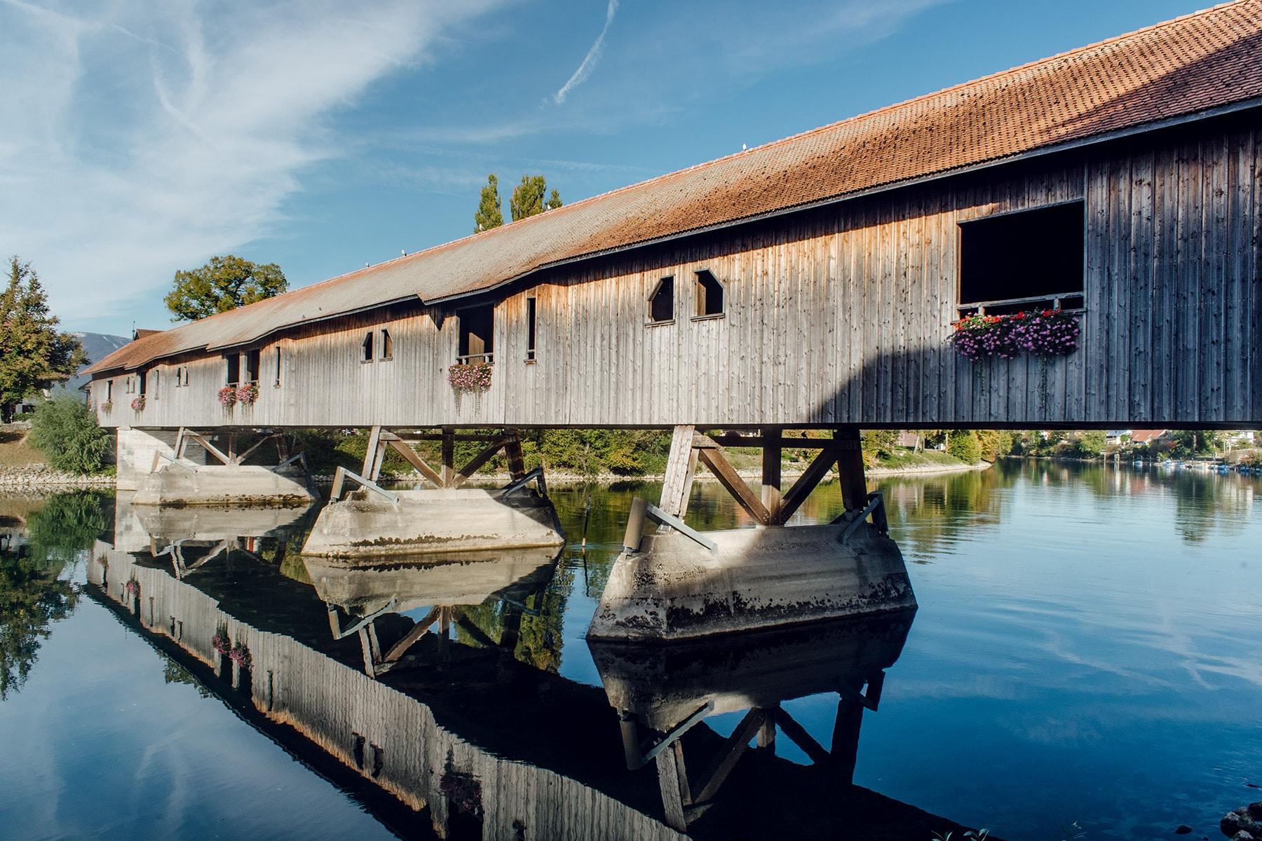 Pont en bois couvert de Büren an der Aare, qui surplombe le canal de Nidau-Büren
