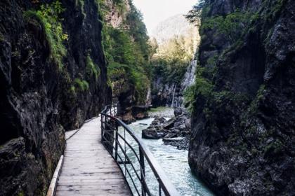 Chemin aménagé à travers les gorges de l'Aar, dans l'Oberland bernois
