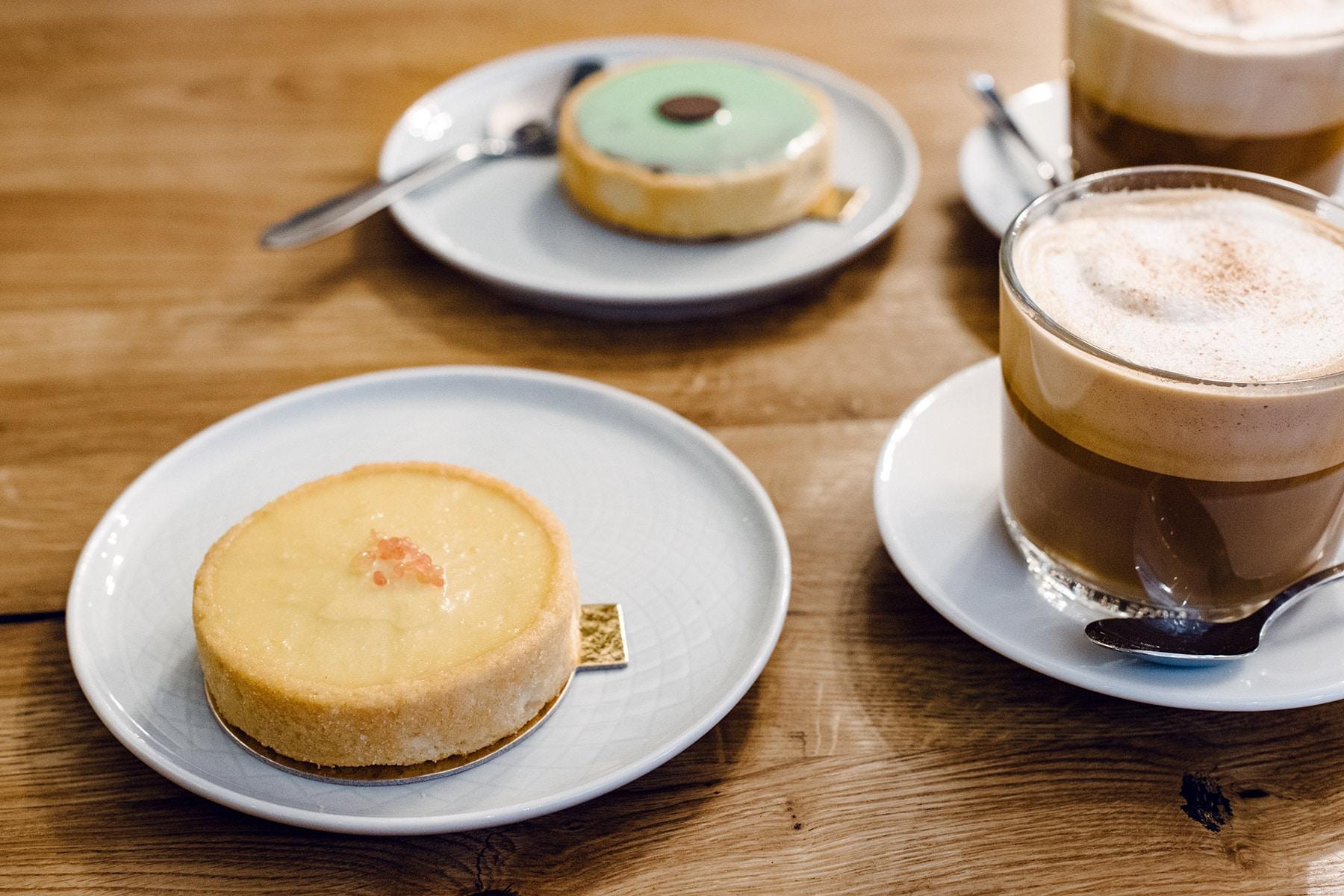 Goûter végétalien à Genève: tartelette au citron, carac et cappucino au lait végétal chez EnVie