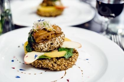 Repas végétalien à Genève: tomme panée, galette de graines de sarrasin, pesto d'épinards et chutneys de fruits au Restaurant du Grütli