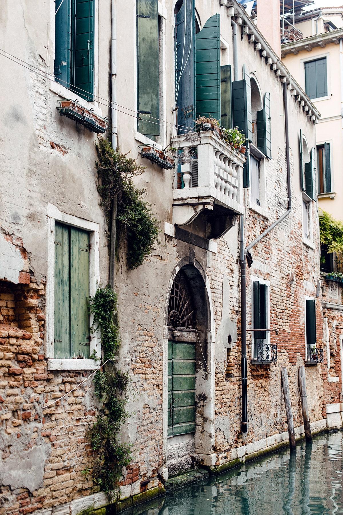 Façade d'un bâtiment vénitien surplombant un canal