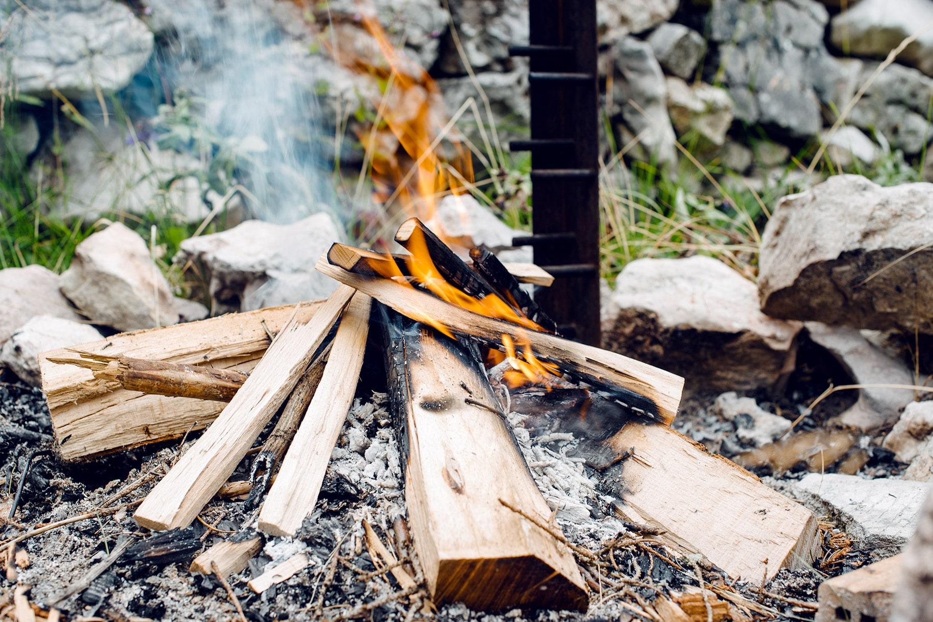 Foyer à l'extérieur avec un feu de bois en train de brûler