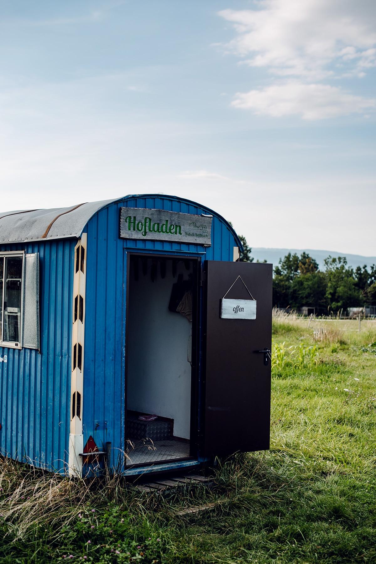 """""""Hofladen"""": magasin à la ferme dans une roulotte au milieu des champs"""