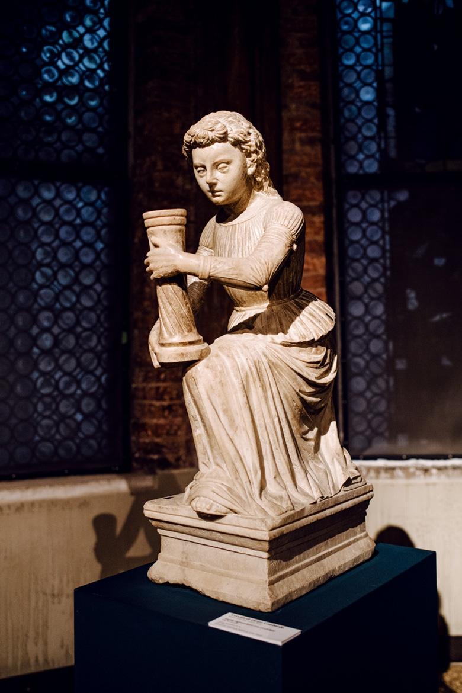 Sculpture d'une jeune fille portant un objet cylindrique –Venise, Galeries de l'Académie