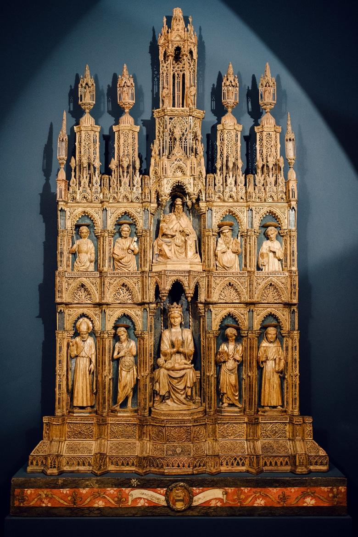 Sculpture chrétienne représentant la Madone et l'Enfant, entouré-es re plusieurs figures religieuses –Venise, Galeries de l'Académie
