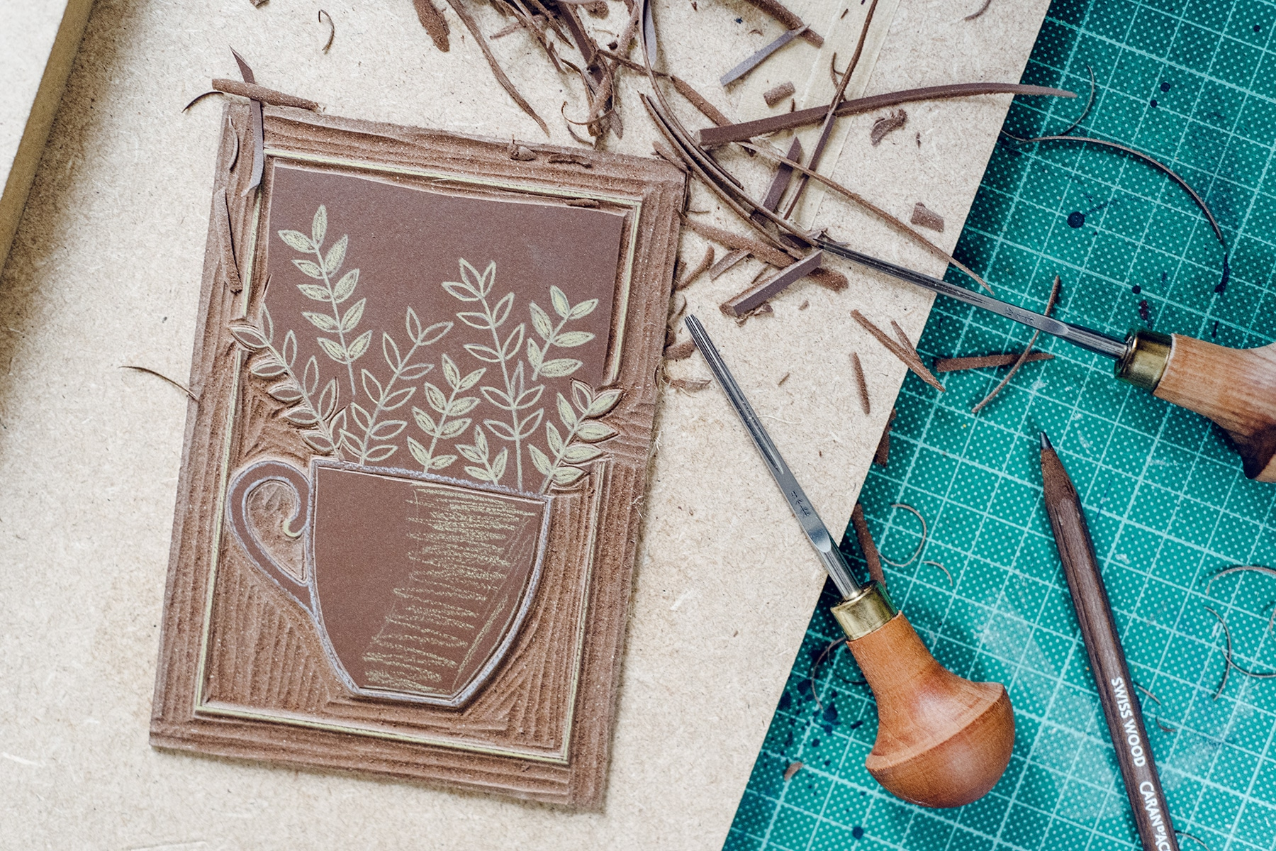 Gravure d'une plaque de lino pour l'impression