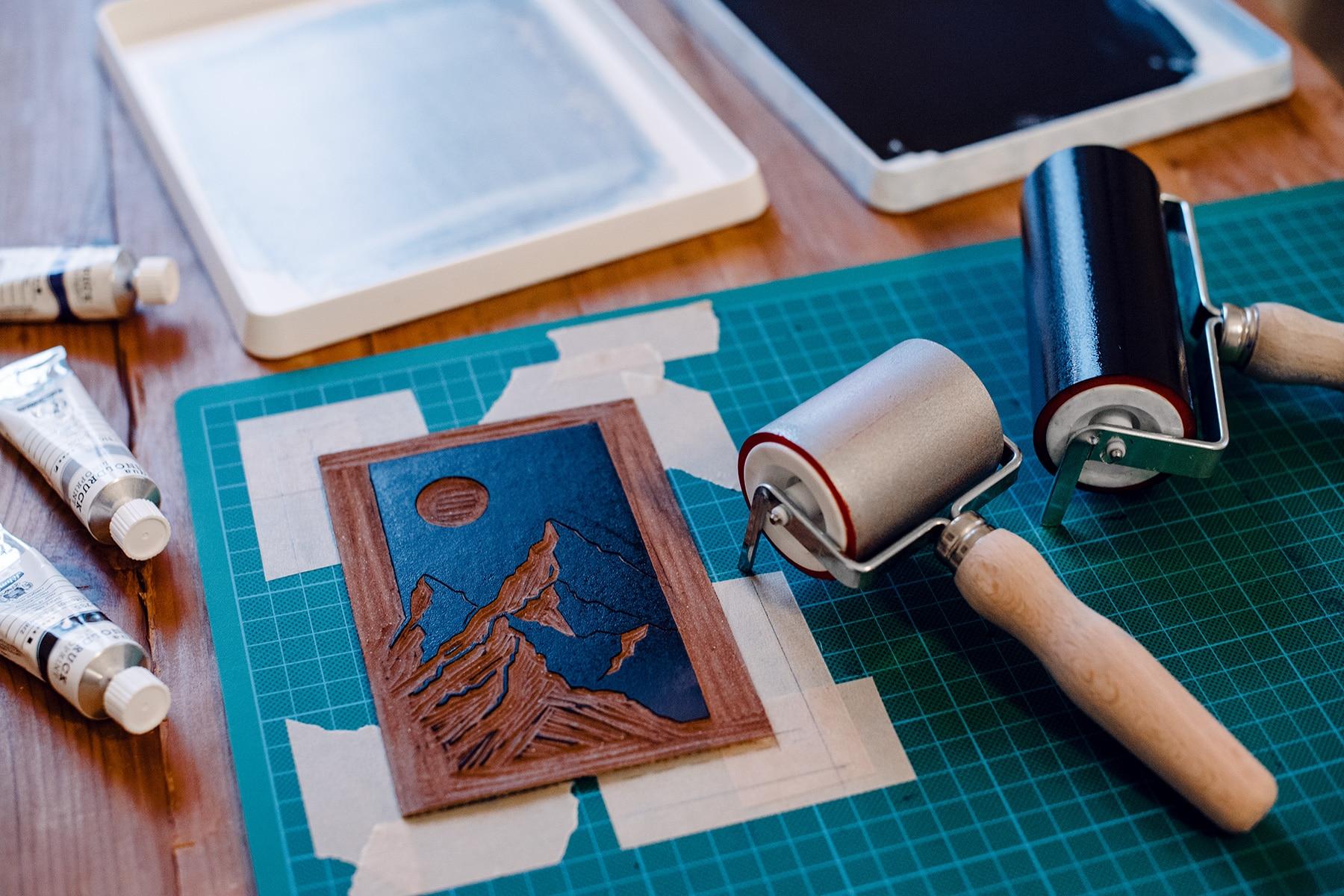 Encrage d'une plaque de lino destinée à être imprimée