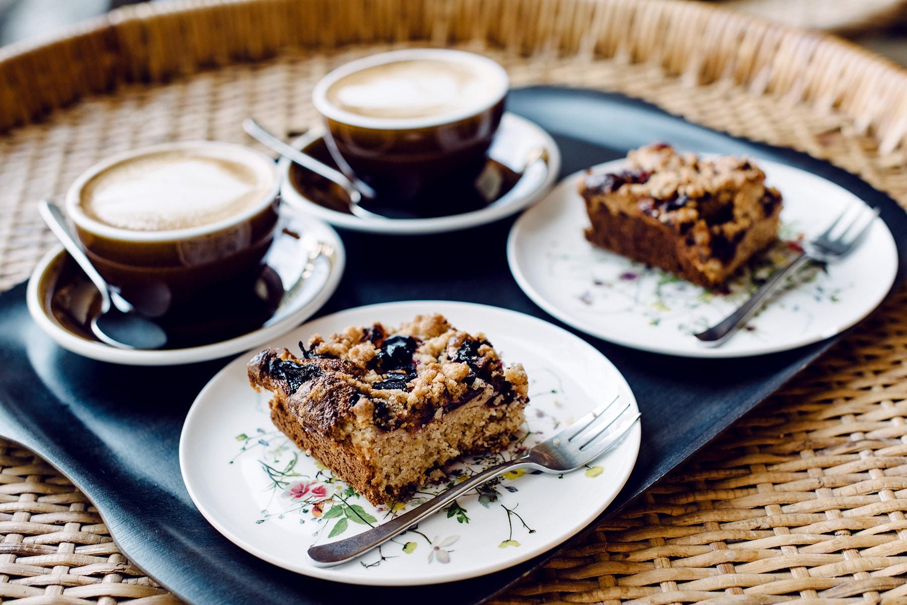 Gâteau végétalien et cappuccino au bistro Farel à Bienne