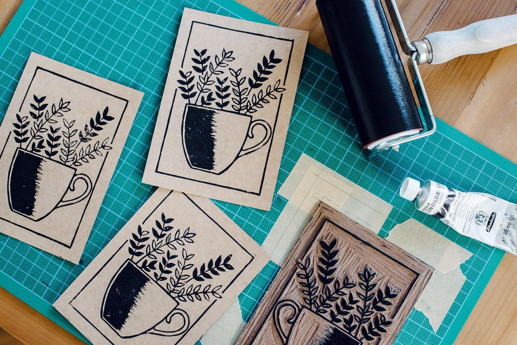 Impressions de linogravure sur des cartes en papier kraft