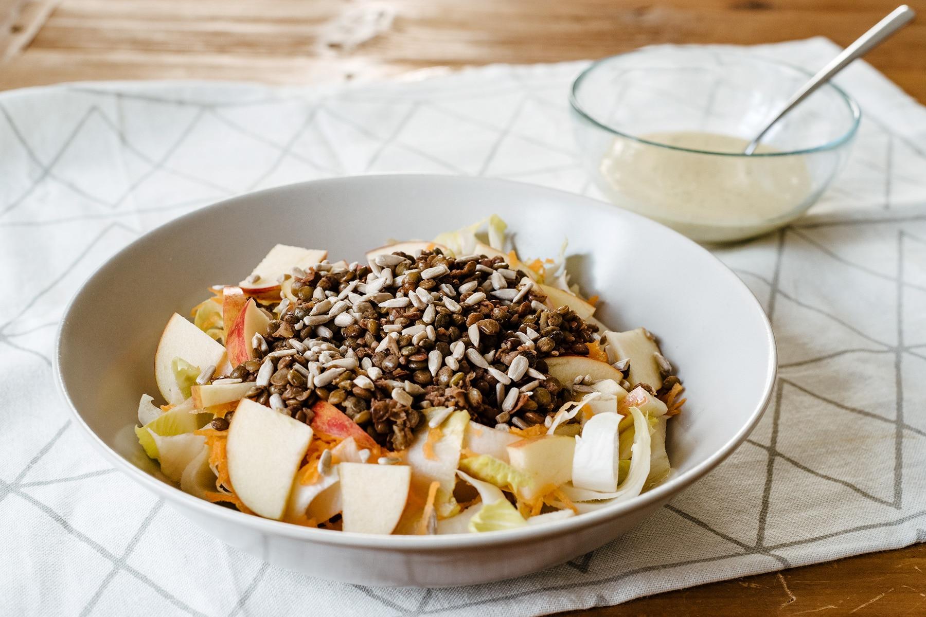 Salade hivernale: endives, carottes râpées, pomme, lentilles vertes