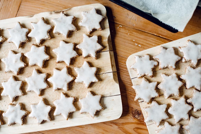 Planche de cuisine en bois recouvertes d'étoiles à la cannelle