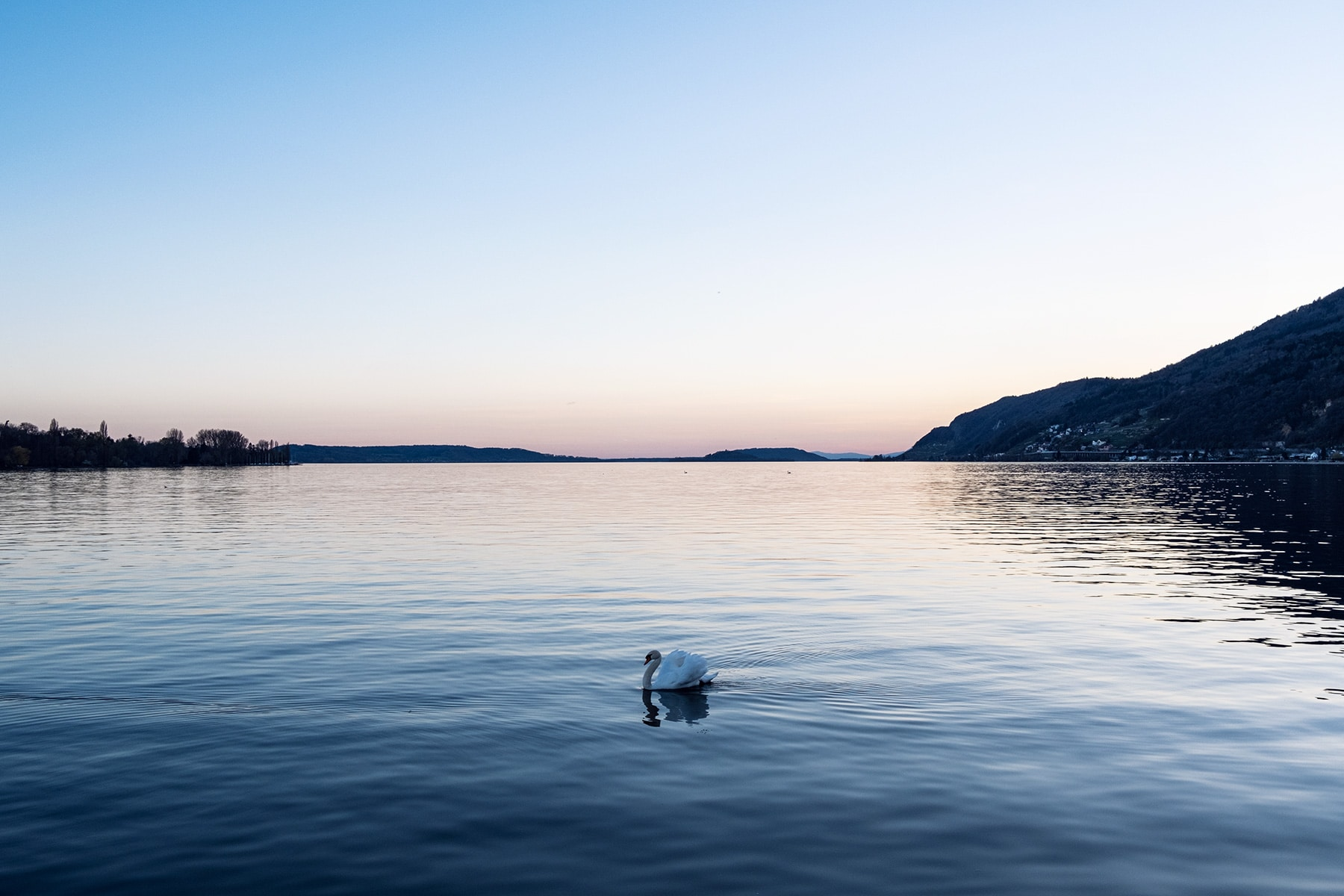 Les derniers rayons de lumière du jour au-dessus du lac de Bienne
