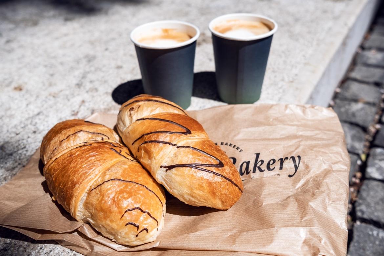 Croissants au chocolat et cappuccino végétaliens savourés dans la vieille ville