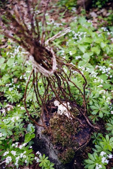 Petite figurine de ballerine en porceleine déposée sur une souche d'arbre dans la forêt