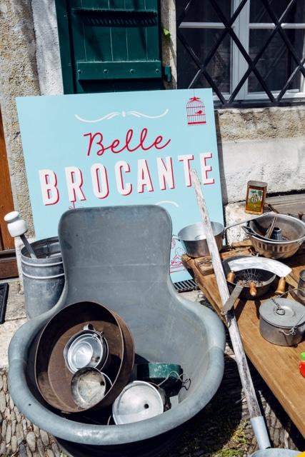 Objets hétéroclites vendus par une petite brocante installée dans la vieille ville