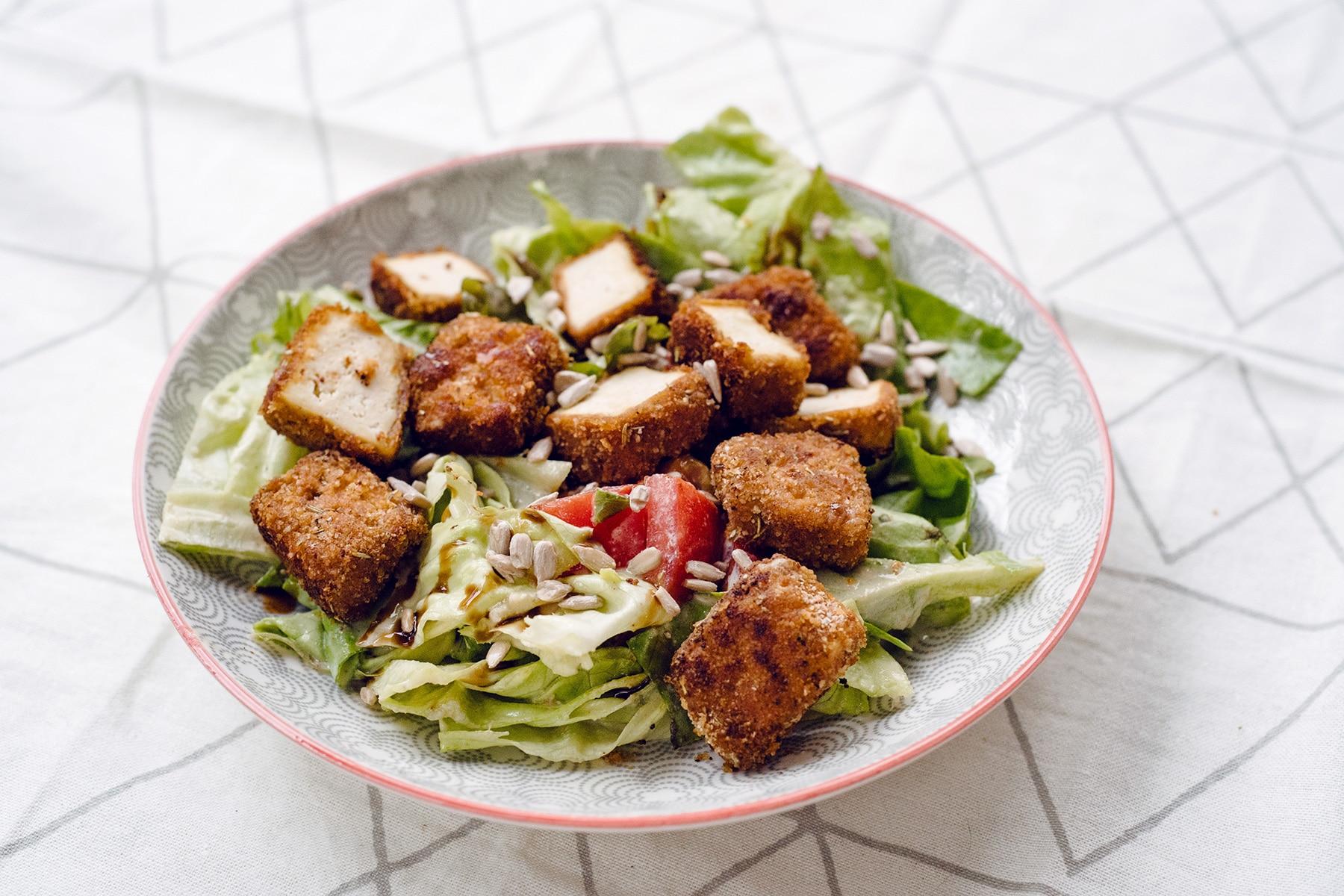 Salade César végétalienne et crousti-tofu, recette de La Petite Okara