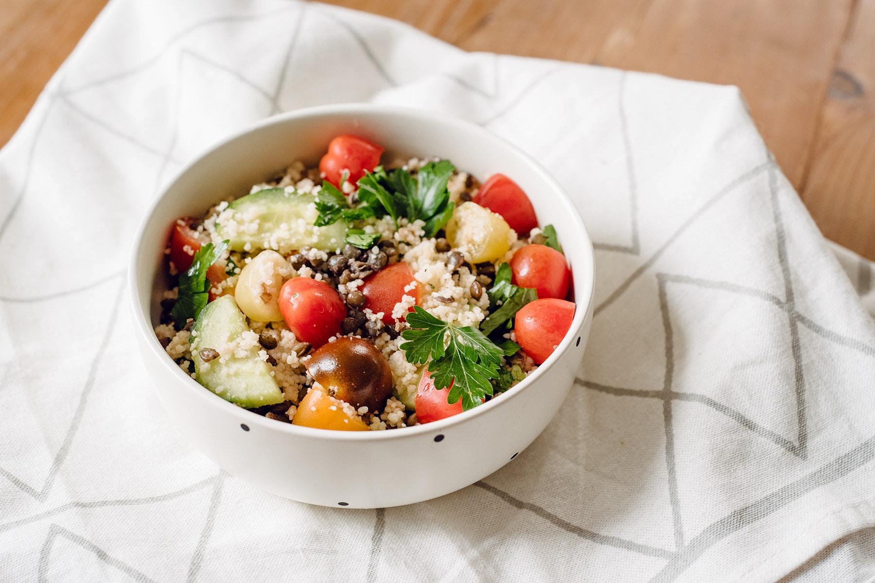 Taboulé aux lentilles vertes, tomates cerises et concombre