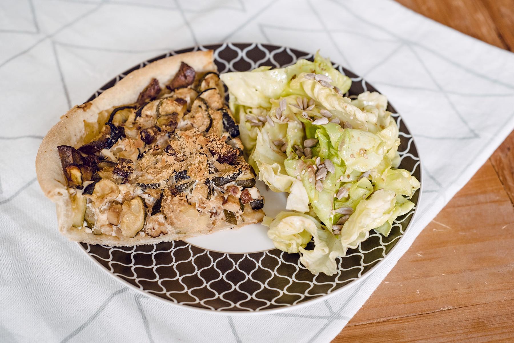Tarte salée végétalienne aux courgettes et lardons de tofu fumé